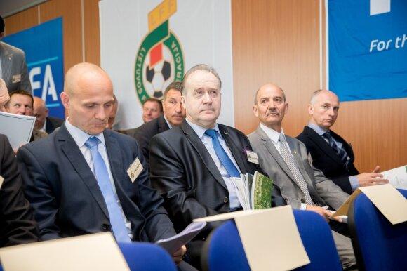 Romas Pikčilingis (antras iš kairės)