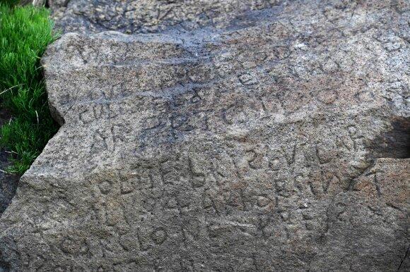 Mįslingas užrašas ant akmens