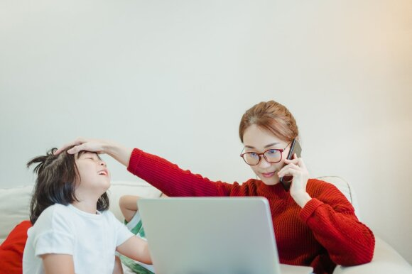 Vis daugiau gyvenimo keliasi į internetą: nuotoliniu būdu net prižiūri vaikus