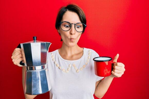 Moteris verda kavą