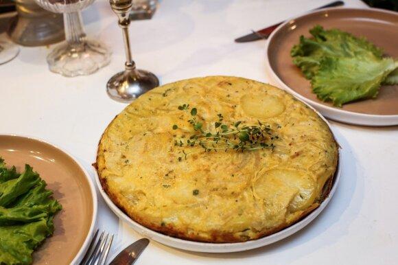 Keptuvėje keptas bulvių, svogūnų ir kiaušinių pyragas
