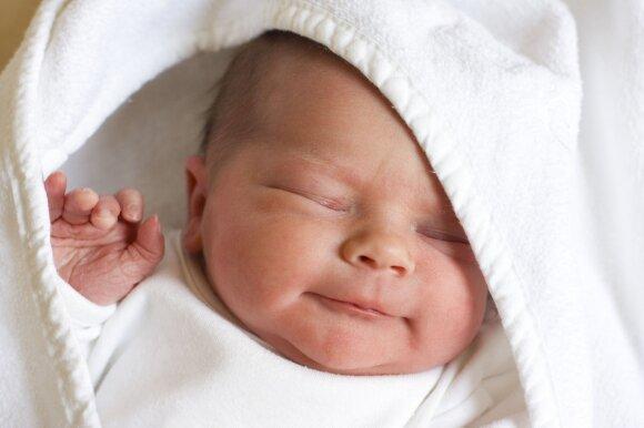 Kodėl kai kurie žmonės serga rečiau: priežasčių ieškoti galima prisiminus, kaip motina gimdė