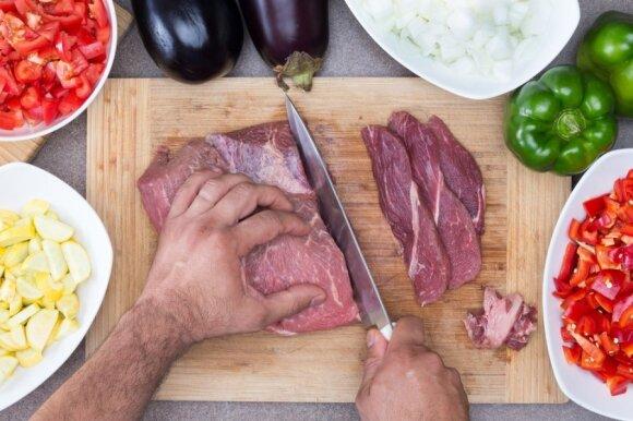 Jei svečiai jau pakeliui, o jūs tik traukiate mėsą iš šaldymo kameros, jums praves šis atšildymo būdas. Sugaišite vos 5 minutes!