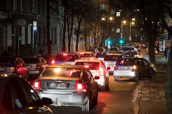 Dėl milžiniškų spūsčių kaltina populiariąją Vilniaus eglę: kažkoks košmaras