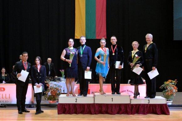 Senjorų grupės apdovanojimai, viduryje - Audrius ir Erika Blažiai