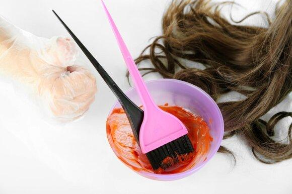 Tyrimas parodė: cheminiais dažais dažančioms ir plaukus tiesinančioms moterims didėja krūties vėžio rizika