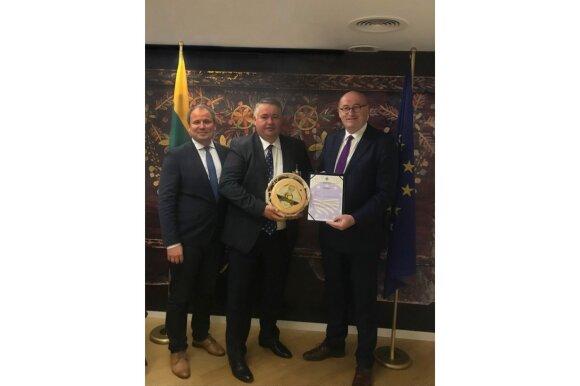 """Žemės ūkio ministras G. Surplys, """"Žemaitijos Pienas"""" generalinis direktorius R. Pažemeckas, Europos komisaras Phil Hogan"""