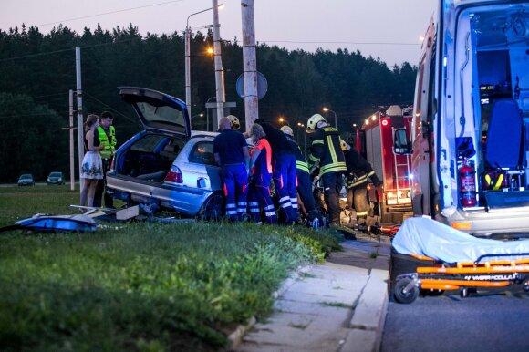 Žiauri avarija Vilniuje, Saulėtekyje: apvirtusiame BMW prispaustą žmogų išlaisvinti pavyko tik per valandą