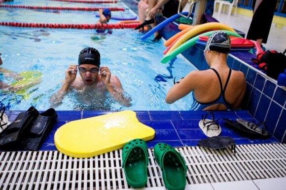 """Koks plaukimo būdas padeda atsikratyti """"sėdėjimo"""" ligų?"""