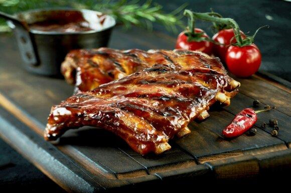 BBQ mama Halina atskleidė, kaip kepti šonkauliukus, kad mėsa lengvai kristų nuo kaulo