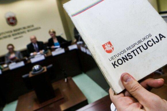Konstitucijos ekspertas: valdančiųjų siekis nuleisti kartelę referendumui gali atverti Pandoros skrynią