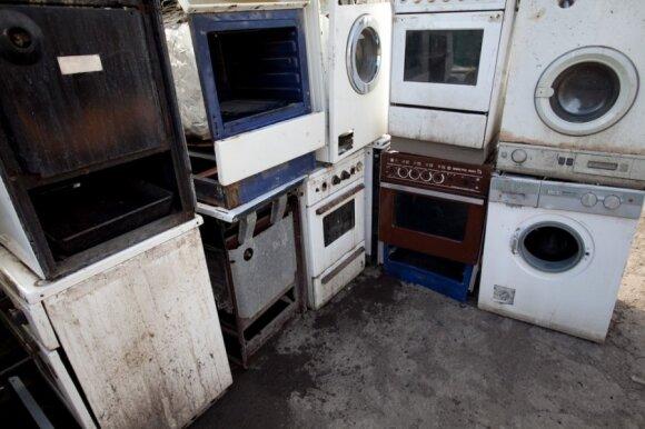 Nelegalūs atliekų ardytojai netinkamą naudoti elektroniką ir buitinius prietaisus surenka lankydami gyventojus
