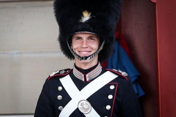 Niekada nesišypsanti Danijos karalienės sargyba pasidavė vokalistės E. Gadeikytės kerams