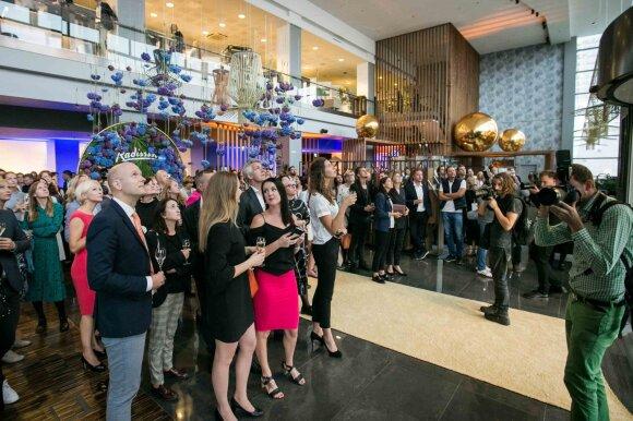 Didžiausio viešbučio Lietuvoje puotoje – šimtai auksiniu kilimu žengiančių žinomų svečių