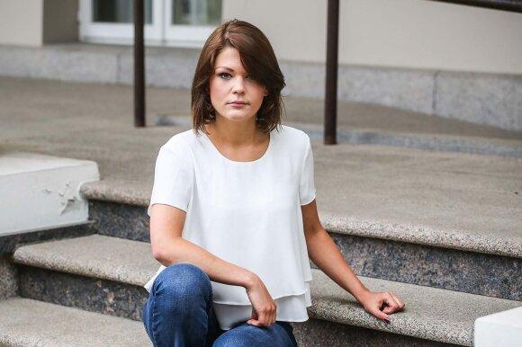 Pirmagimę sūpuojanti menininkė Monika Dirsytė prakalbo apie pogimdyvinę depresiją: tokiu metu kiekviena moteris tampa labai jautri