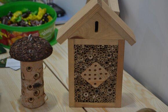 Sode būtina neužmiršti ir mažuosius sodo bičiulius naudinguosius vabzdžius, jiems įrengiant mini namelius.