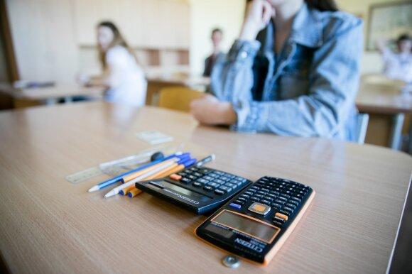 Ir vėl: po matematikos egzamino abiturientai jaučiasi sužlugdyti ir kraunasi lagaminus