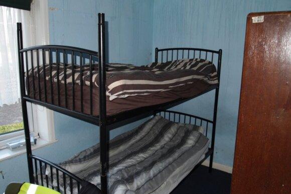 Šis kambariukas toks mažas, kad dvi lovos išsitenka tik dviem aukštais