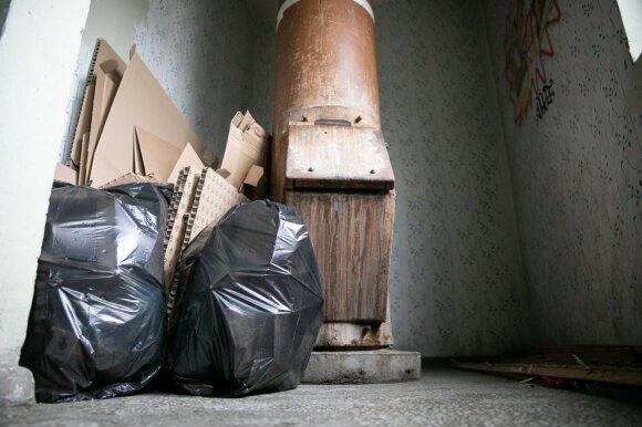Galutinai naikinamos atliekų šachtos: pasipiktinę žmonės grasina šiukšles krauti laiptinėje ir išlaužti spynas
