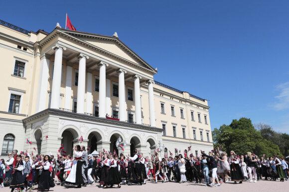 Norvegai mini konstitucijos dieną apsirengę tautiniais drabužiais
