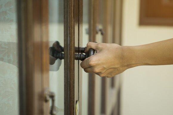 Į kokią pusę turi atsidaryti durys – į vidų ar į išorę?