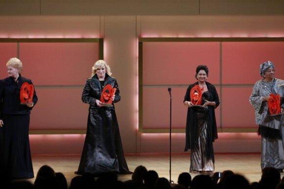 Dalia Grybauskaitė (kairėje) atsiima Metų moters apdovanojimą