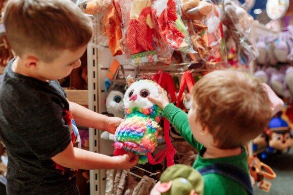 Vaikai žaislų parduotuvėje