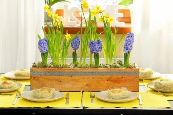 Velykinį stalą lietuviai dažniau puošia verbomis ir skulptūrėlėmis nei gyvomis gėlėmis