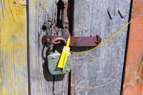 Policija užplombavo namo duris, už kurių įvyko kraupus nusikaltimas.