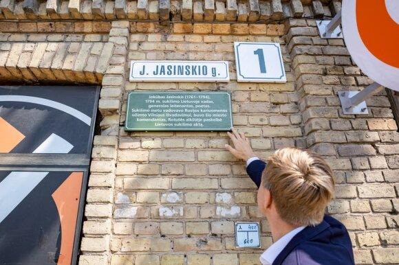 Sostinės gatvių pavadinimų istorijas pasakos lentelės ant pirmojo namo