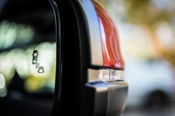 """Atsakė į klausimą, ar gali """"protingos"""" automobilio sistemos išgelbėti po kvailų vairuotojo sprendimų"""