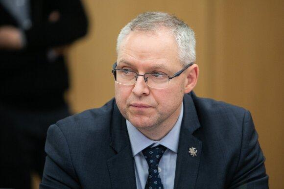 Ant Seimo komiteto stalo – vaikų atėmimo skandalai: tėvai tarnybų darbą vadina nežmogišku