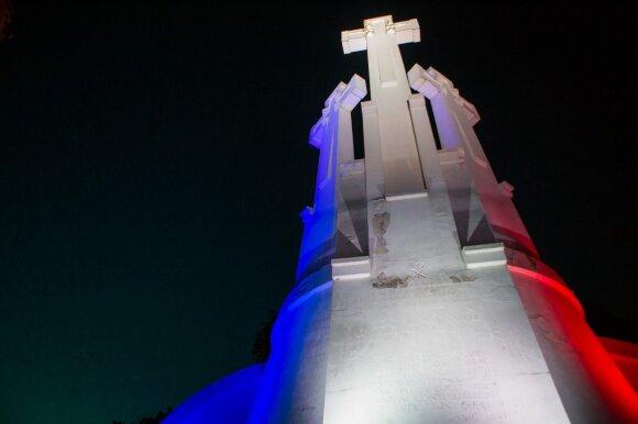 Išreikštas solidarumas. Trijų kryžių kalnas nusidažė Prancūzijos vėliavos spalvomis