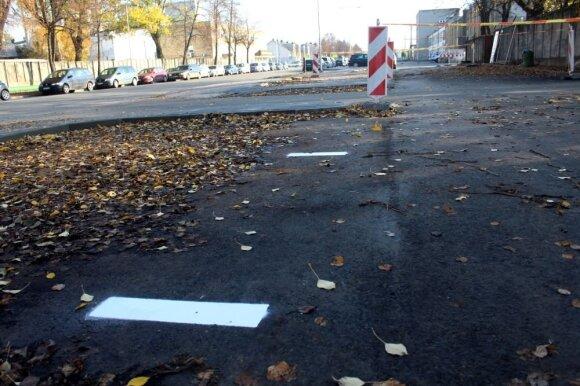 Kuriozai remontuojamoje Panevėžio gatvėje: ne vietoje įrengta salelė, juokingai sužymėtos linijos