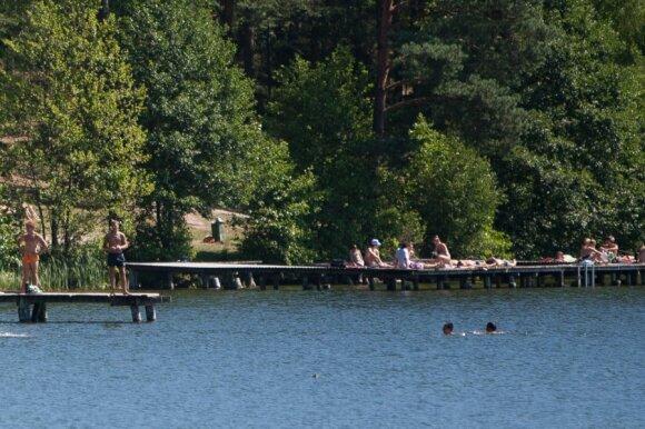Žmonės ilsisi prie Balžio ežero
