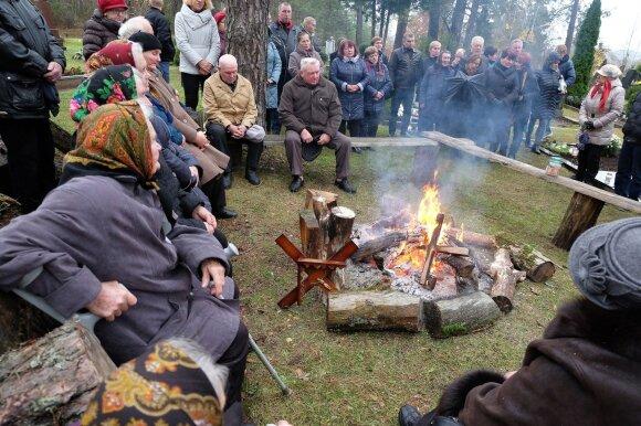 Margionių kapinėse gyvieji 8 dienas kūrena laužą mirusiesiems