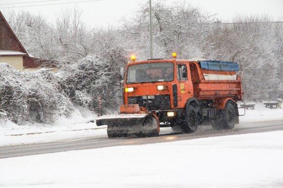 Kodėl kelius barstyti būtina dar prieš iškrentant sniegui