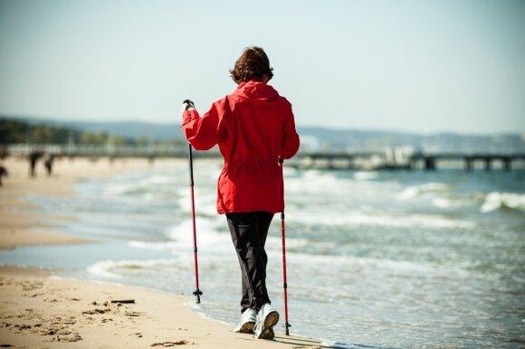 Šiaurietiškasis vaikščiojimas: kuo jis sveikesnis už paprastą ėjimą
