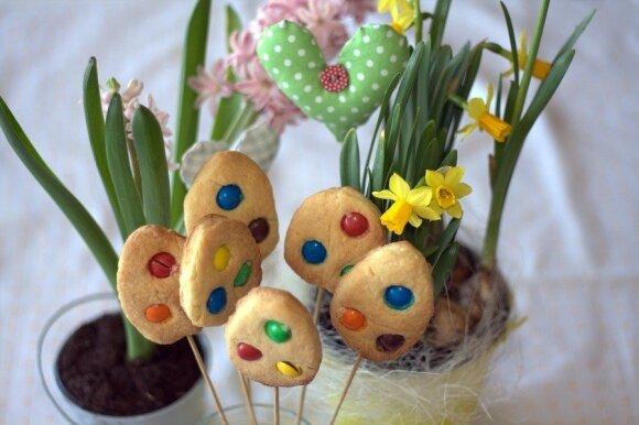 Taškuoti sausainiai ant pagaliuko - skani Velykų puošmena