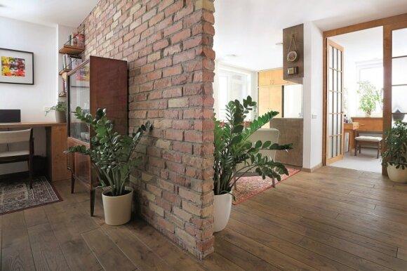 70 kv.m. butas Vilniuje: aštuntojo dešimtmečio stilius ir prikelti praėjusio amžiaus baldai