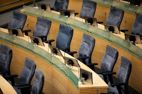 Ieško išeičių: galbūt izoliacijoje esantys politikai galėtų balsuoti su specialiu kombinezonu