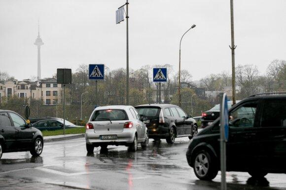 Dažną vairuotoją kamuojantis klausimas: ką reiškia skirtingos prietaisų skydelio lemputės