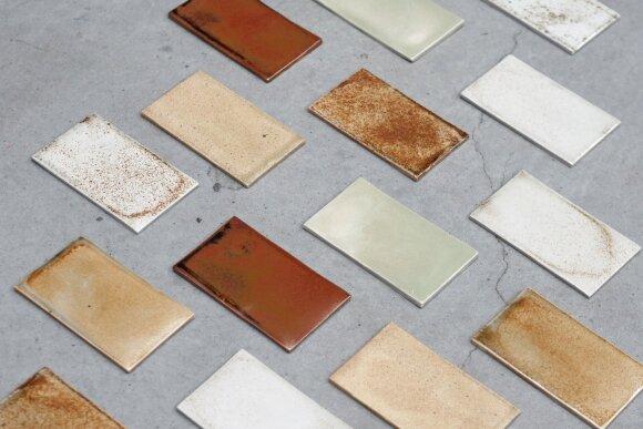 Keraminių plytelių spalva gauta panaudojant metalų atliekas