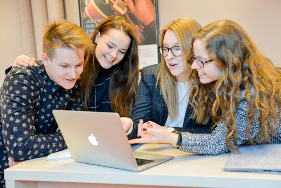 ISM studentai