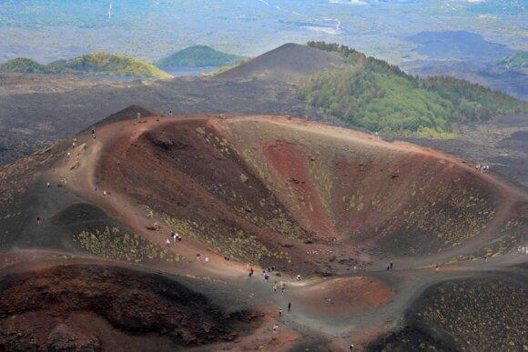 Vienas iš Etnos ugnikalnio kraterių.  Sicilija
