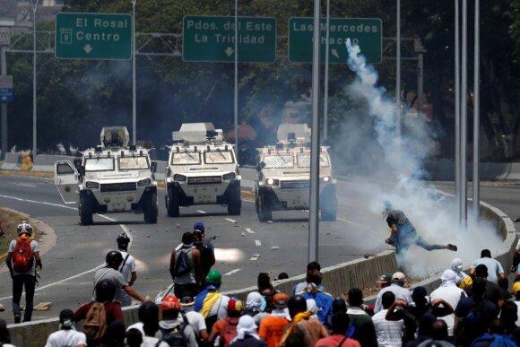 Mitingas dėl Venesuelos prezidento nuvertimo: sužeista dešimtys žmonių, Maduro nepasirodė