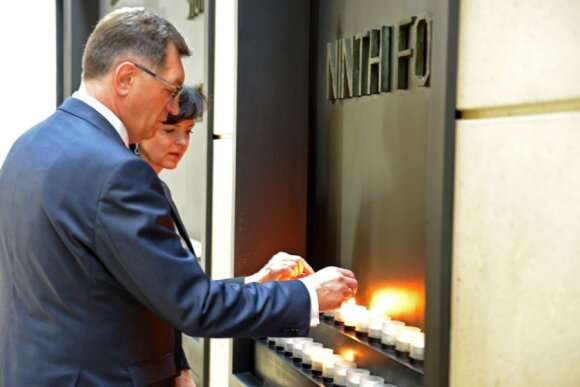Prime Minister Butkevičius and Mrs Butkevičienė lighting a Memorial Candle in the Holocaust Museum  Photo Ludo Segers