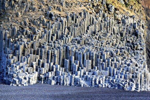 Bazalto kolonos juodo smėlio paplūdimyje salos pietuose, netoli Vík í Mýrdalo miestelio