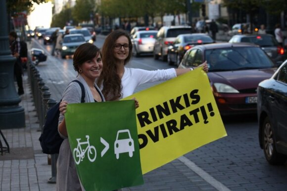 """Projekto """"Pirmoji taisyklė – saugumas!"""" atstovai ragino persėsti ant dviračių"""