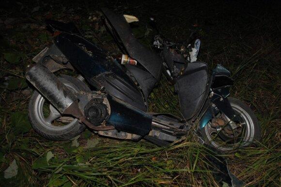 Motociklu į medį rėžęsi vyrai žuvo vietoje